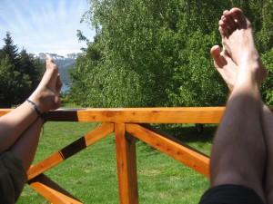 Lass Dir Zeit beim Reisen! Abhängen auf der Terasse der Unterkunft in Villa Traful, Argentinien