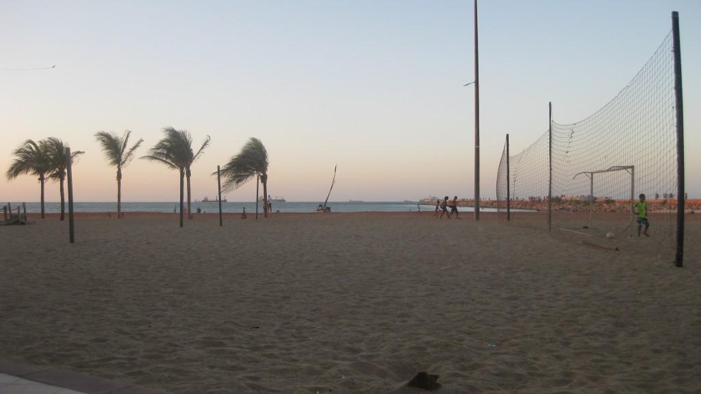 Sport am Strand üben die Brasilianer gerne aus. Hier in Fortaleza im Nordosten des Landes, wo ich auf dem Feld hinten links regelmäßig Beachvolleyball mitspielen durfte