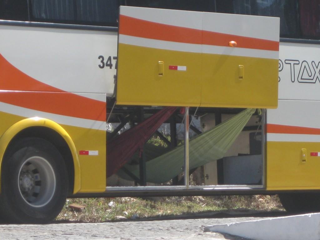 Entspannung auf Brasilianisch: Busfahrer-Mittagspause in der Hängematte: In Lagoinha im Bundesstaat Ceará, Brasilien