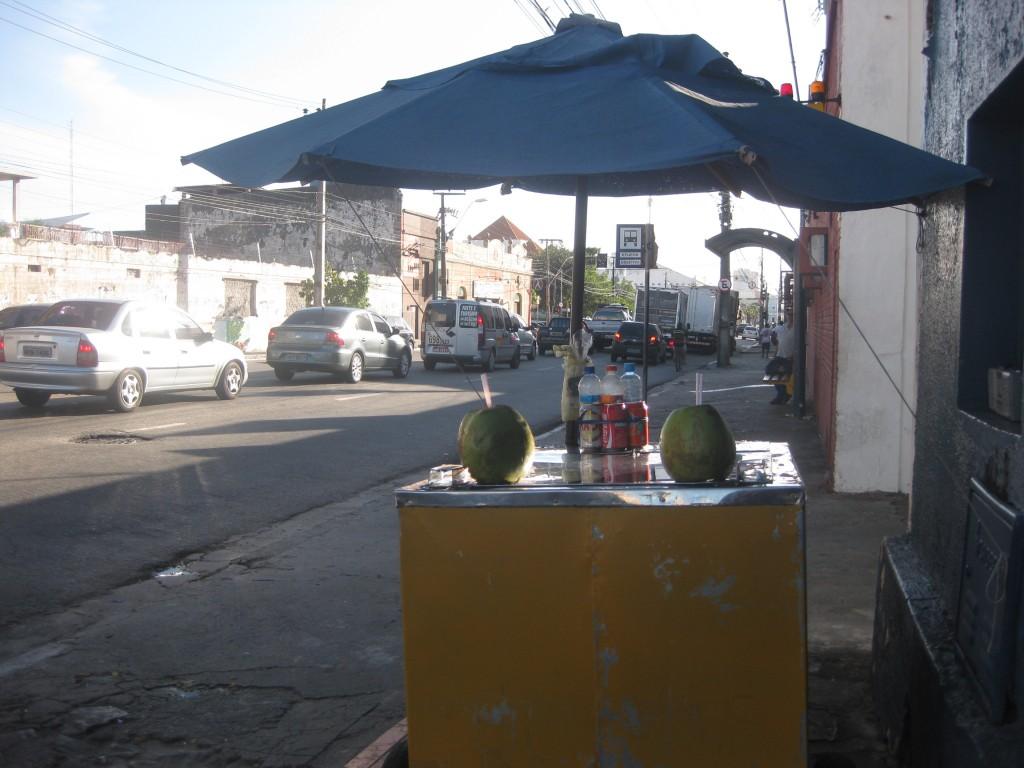 Kokoswasser direkt aus der Kokosnuss zu kaufen. Typischer Straßenstand mit Kokoswasser und anderen Getränken. Hier lernte ich in Gesprächen mit dem Verkäufer portugiesisch. In Fortaleza im Nordosten Brasiliens