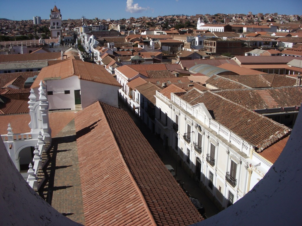 """Es gibt auch bildhübsche bolivianische Städte. Hier ein Blick über die Dächer von Sucre, auch """"die weiße Stadt"""" genannt"""