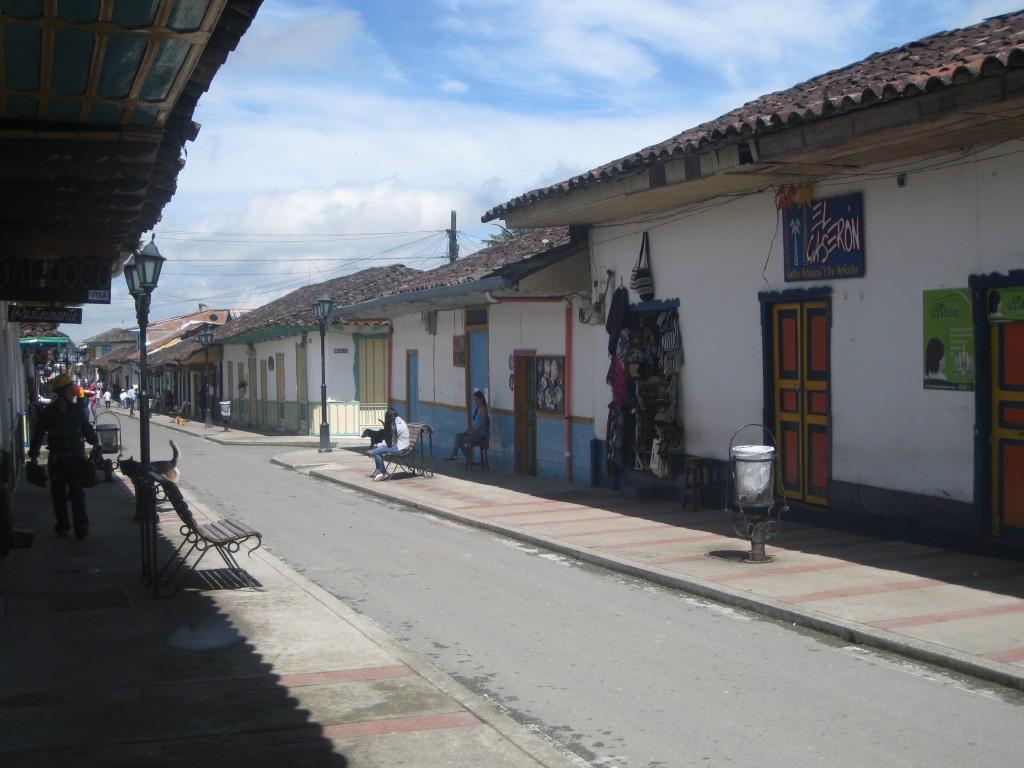 In Salento, einem kleinen Städtchen in der sogenannten Kaffeezone. Koloniale Gebäude trifft man in ganz Kolumbien an