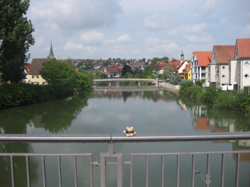Oh wie schön ist...die Heimat. Die Neckarkulisse in Rottenburg am Neckar, mein Reisemaskottchen, der Neckarbär. Foto-Shooting für meinen Reiseblog, vor der Reise