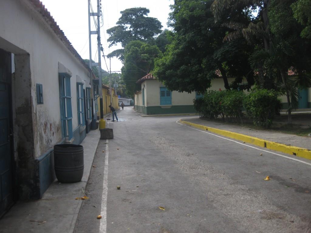 Die gemütlichen Sträßchen in Puerto Colombia. Rechts der kleine Platz mit den Mangobäumen