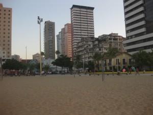 Gut gegen Heimweh: Gesellschaft. An diesem Strand in Fortaleza (Nordosten Brasilien) konnte ich regelmäßig mit den Homosexuellen des Viertels Volleyball spielen