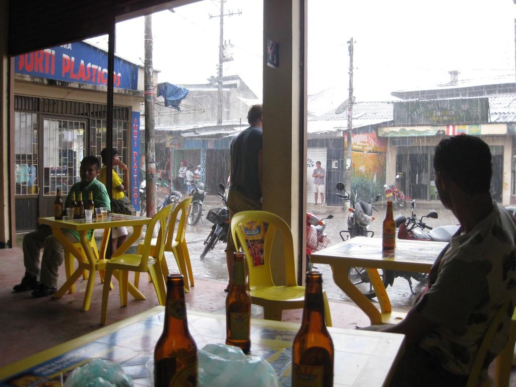 Ein ergiebiger tropischer Regen in Leticia, im kolumbianischen Regenwald. In dieser Trinkhalle hatten wir gerade Fußball-WM (Juli 2010) geschaut