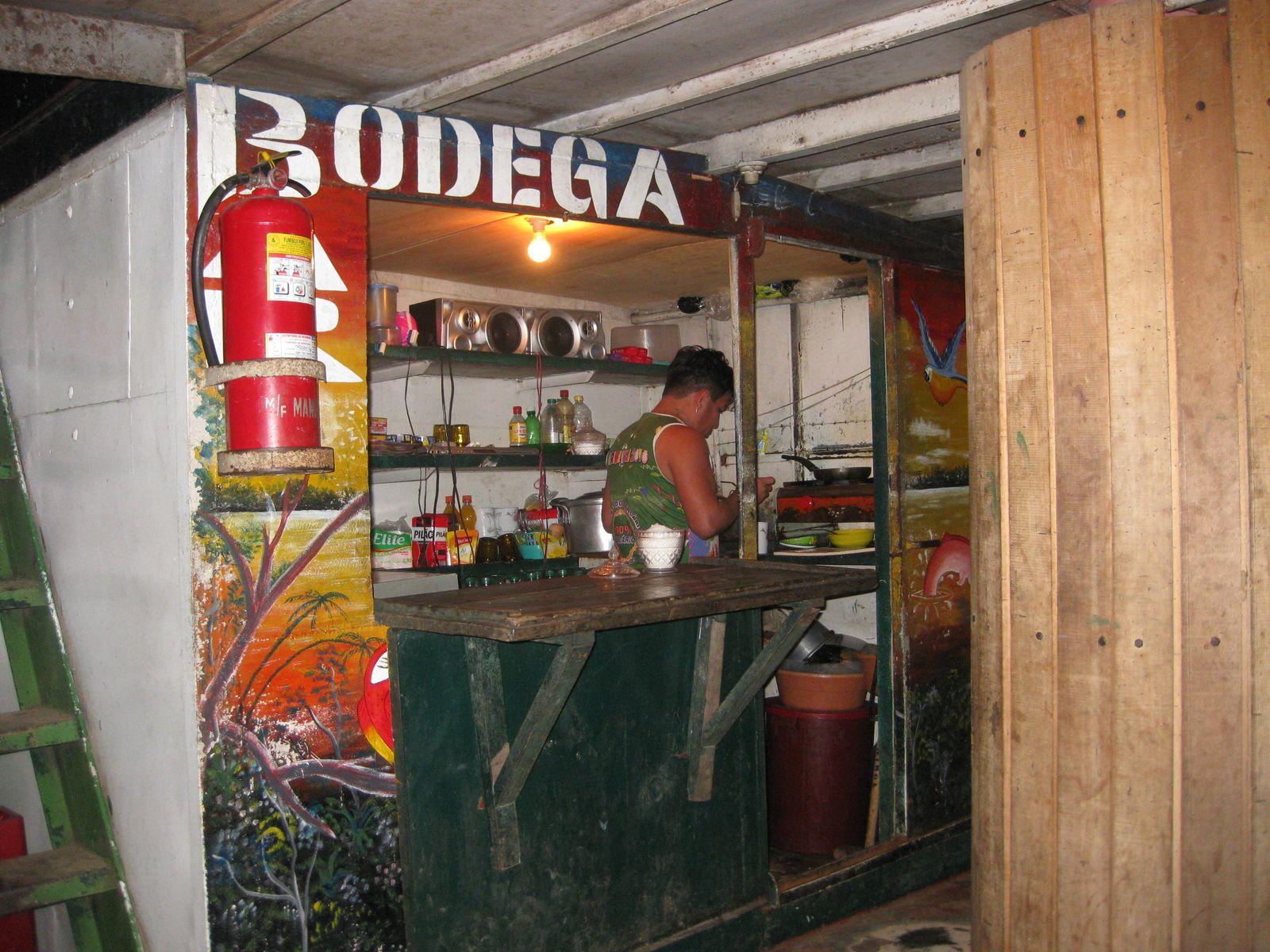 Auf dem Fluss-Schiff in Peru. Der Bord-Kiosk. - Südamerika ...