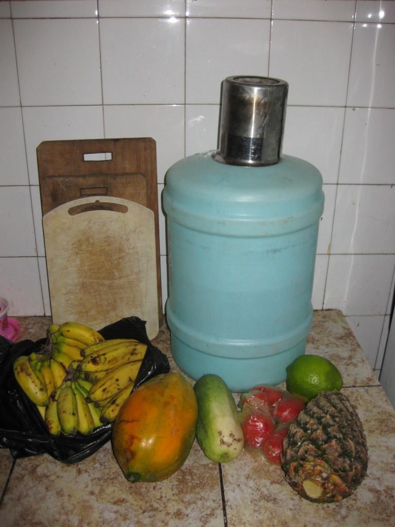 Hier ist sie also zwischen den tropischen Früchten:  Pepino, landläufig als Gurke übersetzt