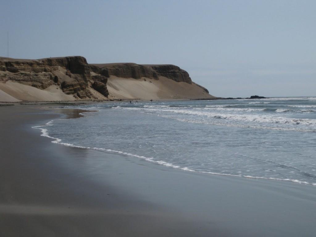 Die Bucht von Puerto Chicama. Im Vordergrund der Bereich des Ausstiegs der Surfer, bei den Felsen rechts hinten im Meer der Einstieg.