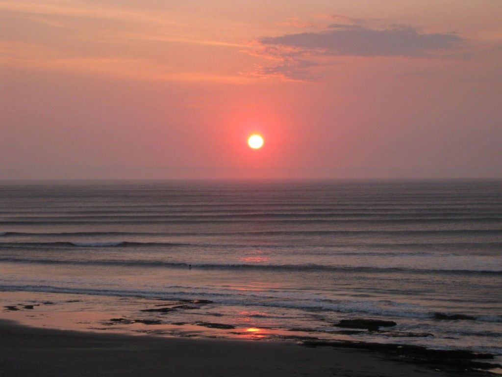 Sonnenuntergang und die wahrscheinlich längste Linkswelle der Welt.