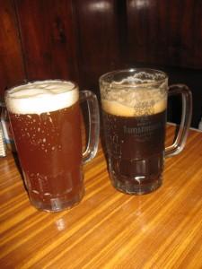 """Das ist mal ein Gerstensaft. Kunstmann-Bier im Cafe Haussmann, ein beliebtes Restaurant mit """"deutschen"""" Spezialitäten in Valdivia im Süden Chiles"""