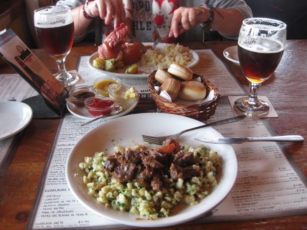 """""""Deutsches"""" Essen und """"deutsches"""" Bier im Restaurant der Brauerei Kunstmann in Valdivia, Chile. Die Auswahl an guten Bieren war dort sensationell"""