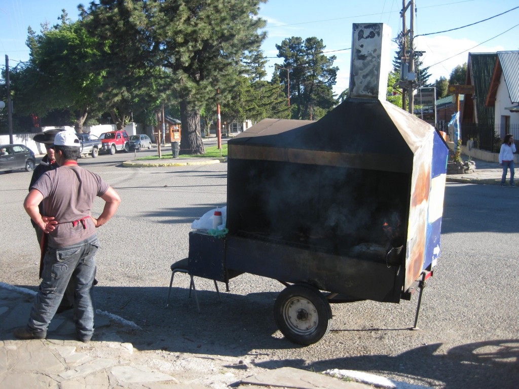 """Trotzdem Argentinien als eines der am entwickeltsten Länder Südamerikas gilt, trifft man noch solche Highlights an. Er serviert Choripan, """"Chori"""" von Chorizo (Wurst), """"Pan"""" von Pan (Brot/Brötchen), gegrillte Wurst im Brötchen also"""