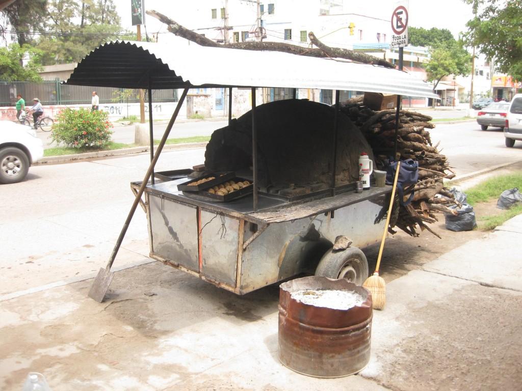 Hier werden Empanadas (gefüllte Teigtaschen) direkt aus dem Ofen serviert
