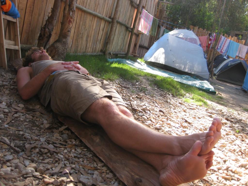 Zeit zum Nachdenken, auf einem Baumstamm liegend in La Pedrera, Uruguay