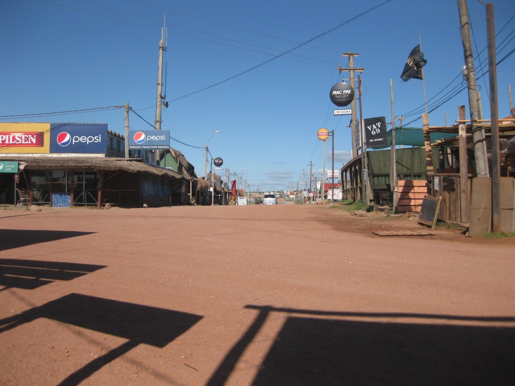 """Das """"Zentrum"""" in Punta del Diablo. Zwei kleine Supermärkte, Polizeistation, Bustickethäuschen"""
