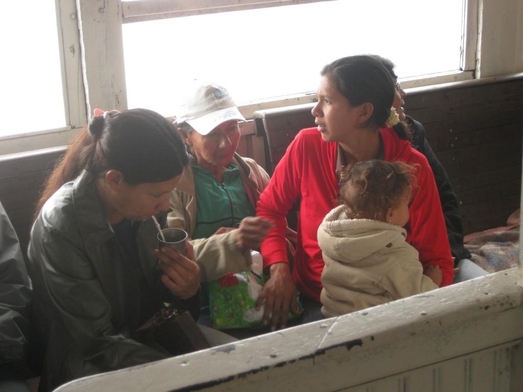 Mate-Trinken (oder wie hier Tereré, die kalte Form des Mate-Tees) macht man häufig in Gruppen. Wie diese Familie auf einer mehrtägigen Bootsreise in Paraguay