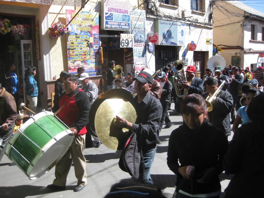 Aber auch ganz gewöhnliche Musikkapellen-Musik - wie hier auf einer Parade in Potosí, Bolivien - ist ind Südamerika zu hören