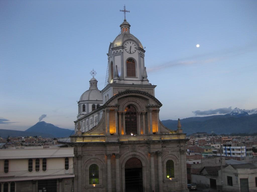 Schöne Abendstimmung in Riobamba. Hinten links raucht ein Vulkan