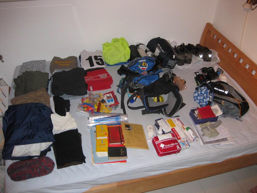 """Meine """"Packliste"""" ausgebreitet auf dem Bett. Auf nach Südamerika! Einiges würde ich sicher nicht noch einmal einpacken."""