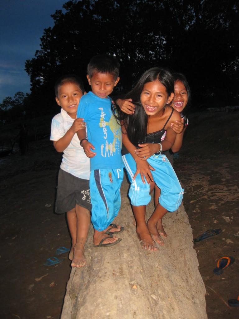 Diese lieben Kinder freuen sich fotografiert zu werden und lassen mich ihre Englisch-Kenntnisse hören. In Puerto Nariño, Kolumbien