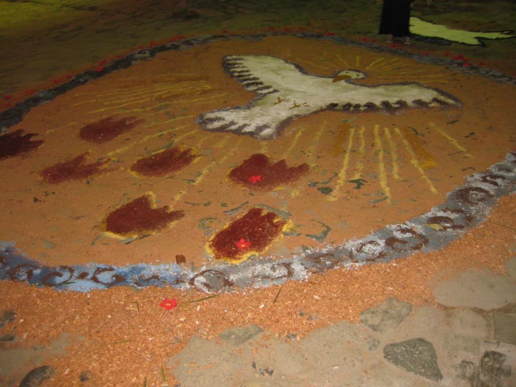 Die meisten Brasilianer sind sehr gläubig und es gibt viele religiöse Bräuche: Religiöse Motive auf den Straßen in Paraty