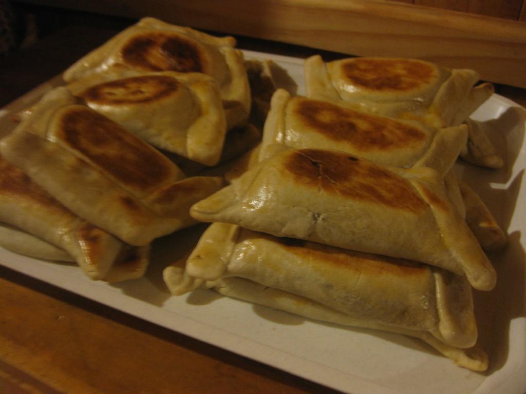 Im Hospedaje Austral, Ancud, Insel Chiloé, Chile: Die Metzgerin der Straße bringt mir bei, wie man chilenische Empanadas (Teigtaschen) macht