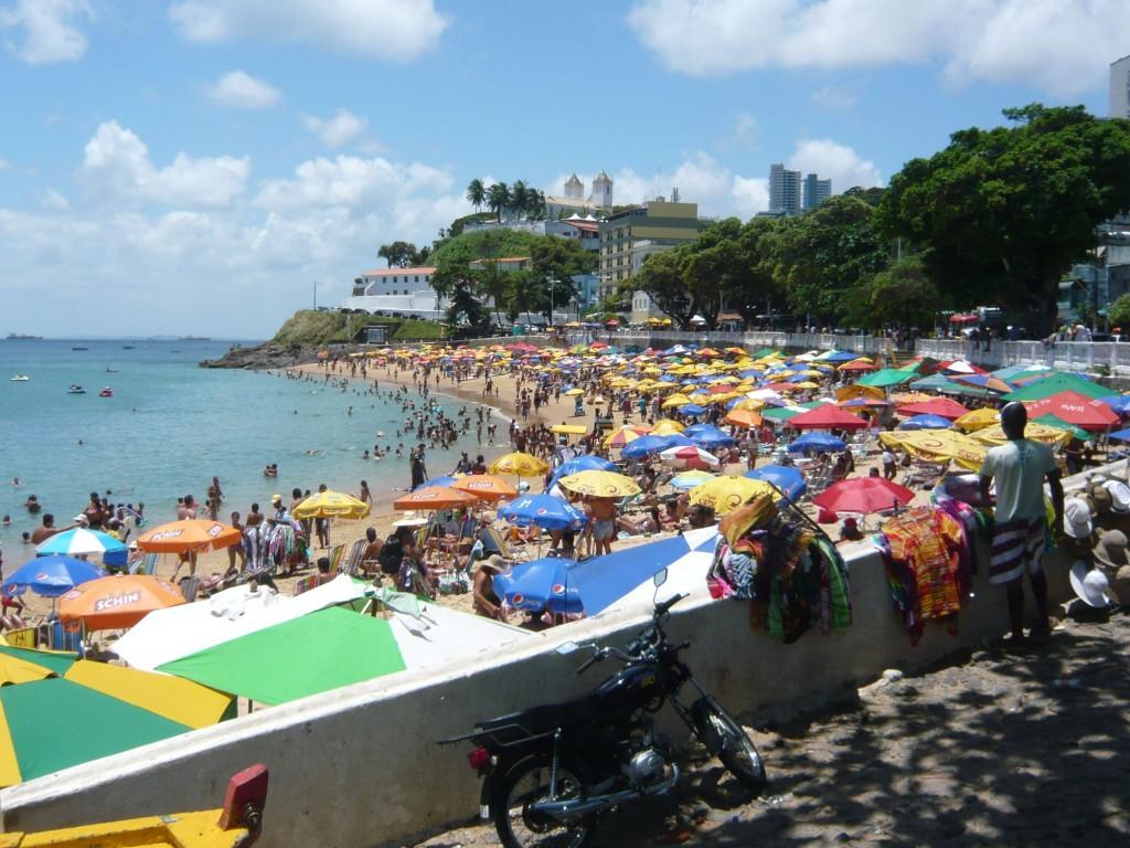 Typisch Brasilien. Man geht an den Strand, meist mit Freunden, Familie. Wie hier in Salvador da Bahia