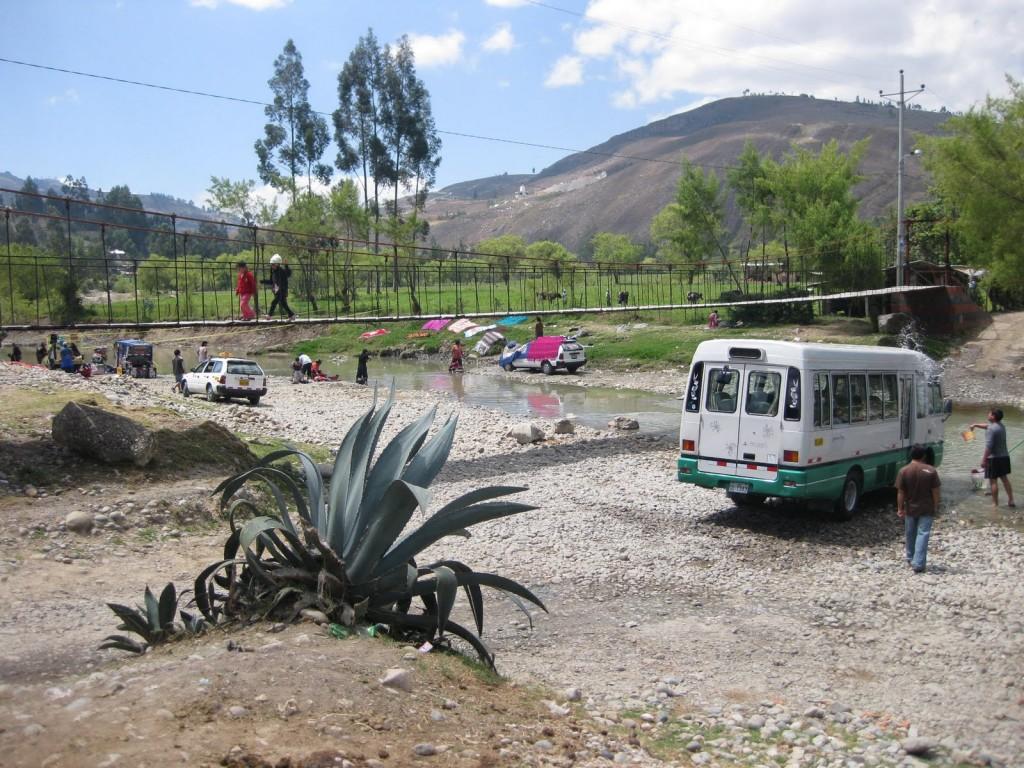 Typische Szene der Andenländer: Man nutzt die Natur. In diesem Fall den Fluss zum Wäsche und Bus waschen.