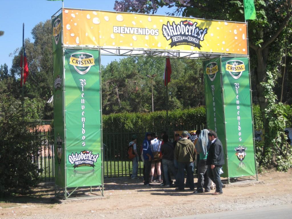 Bierfest in Malloco, Chile. Der Eingang zum Festgelände. Noch nicht viel los, später jedoch musste man mehrere Hundert Meter Schlange abwarten können