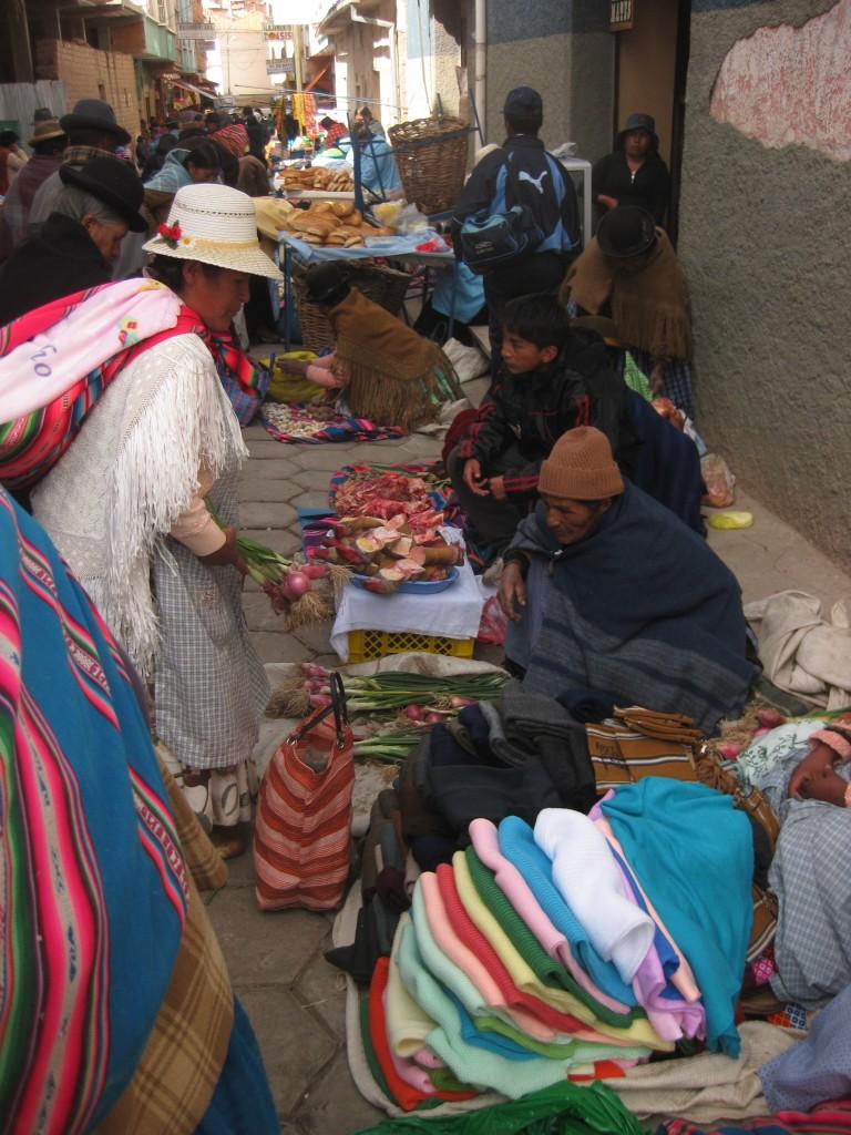 Von diesen Damen kann man was lernen! Ein Straßen-Markt in Copacabana, Bolivien