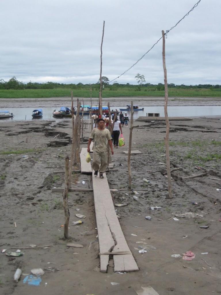 Hier muss man kurz aussteigen, um sich an Land in einer der Straßen den Stempel für Peru zu holen. An diesem Grenzübergang im Dreiländereck Brasilien - Peru - Kolumbien im Amazonasgebiet sollte man schon etwas mehr Sorgfalt walten lassen