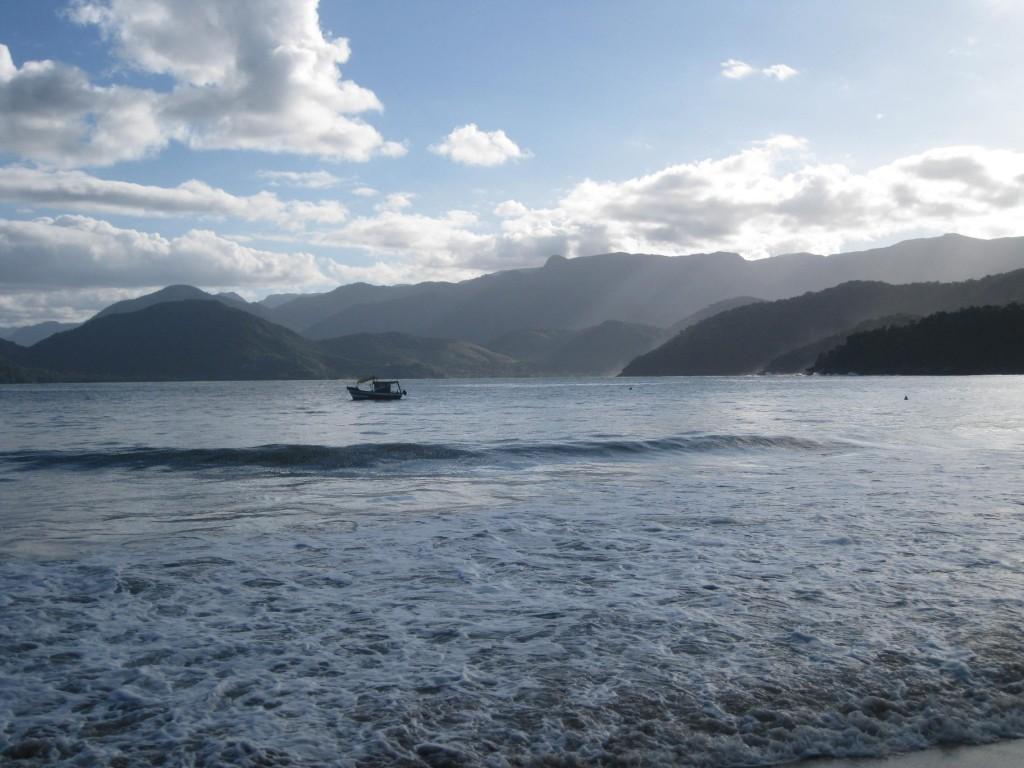 Frühabendliche Stimmung in der Insel- und Buchtenwelt vor der Praia do Lázaro