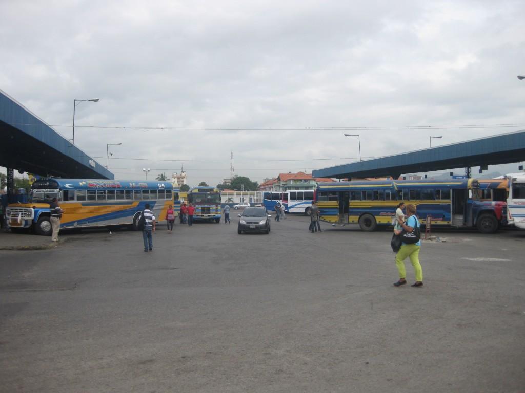 """Ein waches Auge sollte man an den in der Regel quirligen Busbahnhöfen (auf Spanisch """"Terminal"""" genannt"""") haben. Hier der Terminal von Maracay in Venezuela"""
