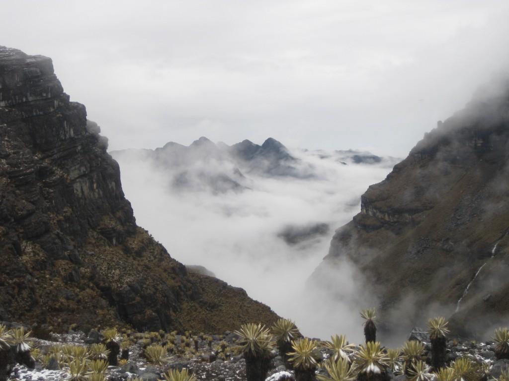 Blick über die wolkenverhangene Bergwelt, Richtung Venezuela