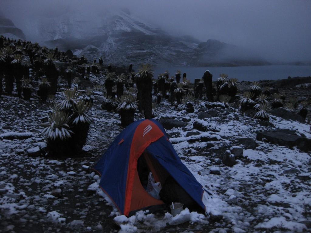Zelten an der Laguna de la Plaza. Über Nacht viel Schnee