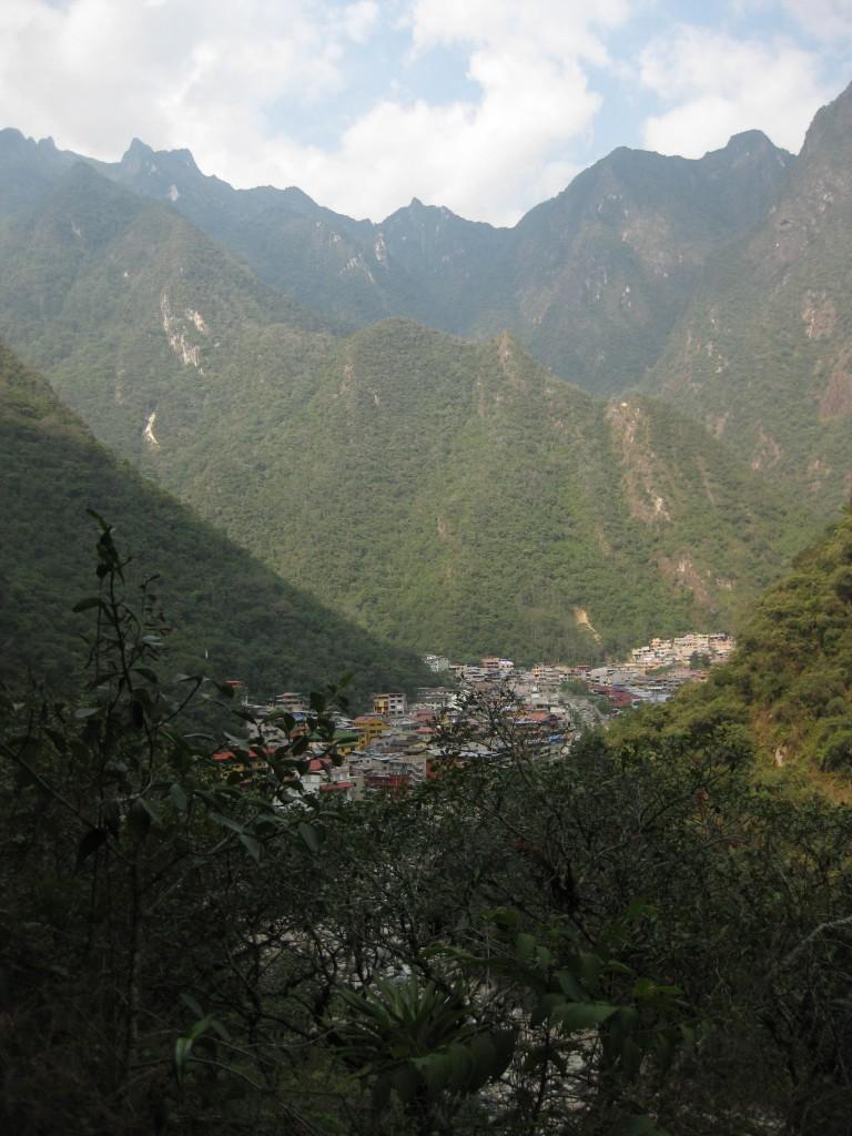 Der Blick auf Aguas Calientes zeigt, wie schön die Lage des Dorfes ist