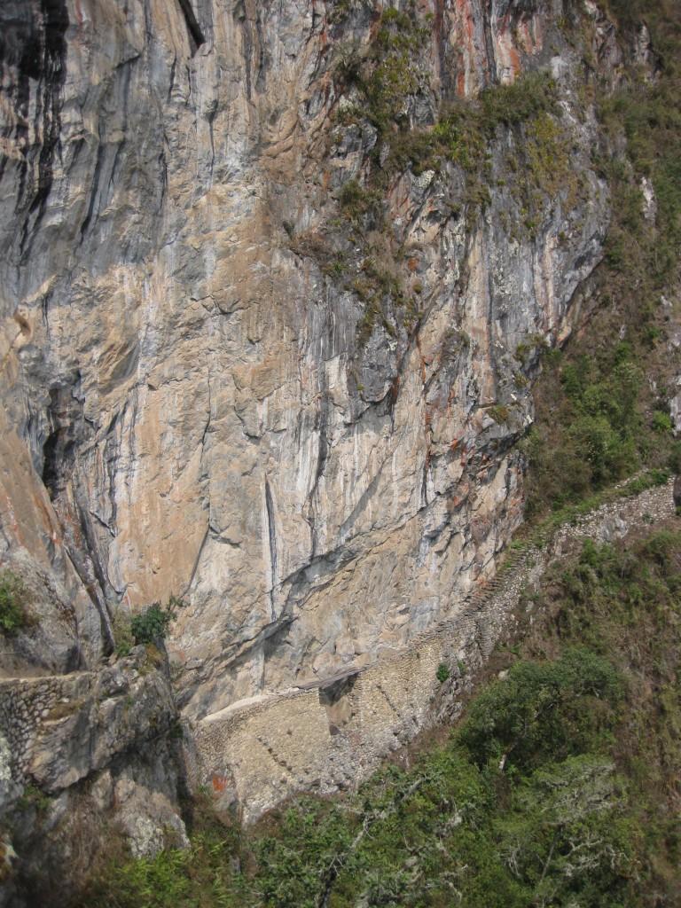 Eine Inkabrücke an einem der Zugangswege von Machu Picchu