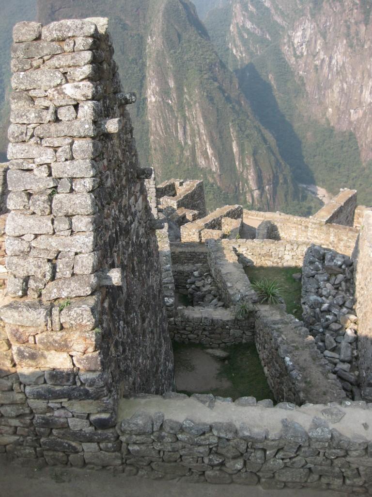 Dieser für Machu Picchu typische Anblick von alten Ruinen mit toller Landschaft im Hintergrund ist sein Geld wert