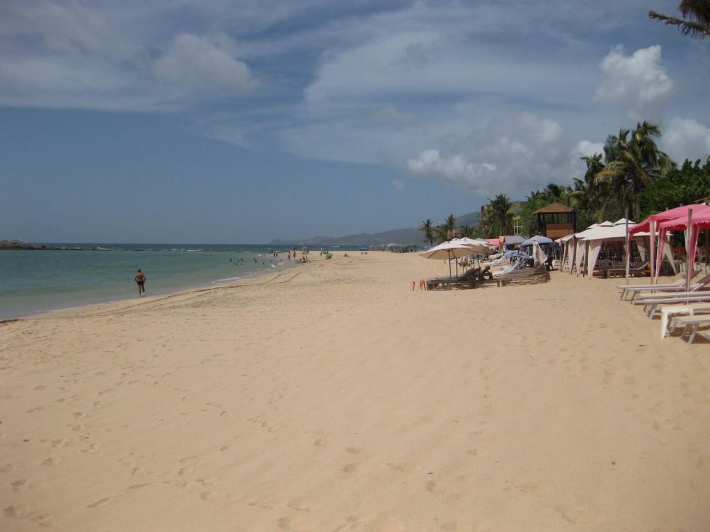 Auch nicht schlecht dieser karibische Strand auf der Isla de Margarita. Rechts direkt am Strand befindet sich ein simples Restaurant mit frischem Essen aus dem Meer