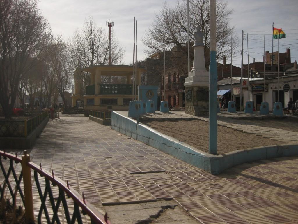 Hängt man zum Beispiel ein bisschen auf diesem Platz in Uyuni ab, wird man bestimmt angesprochen und bekommt ein Angebot für eine Salzwüsten-Tour