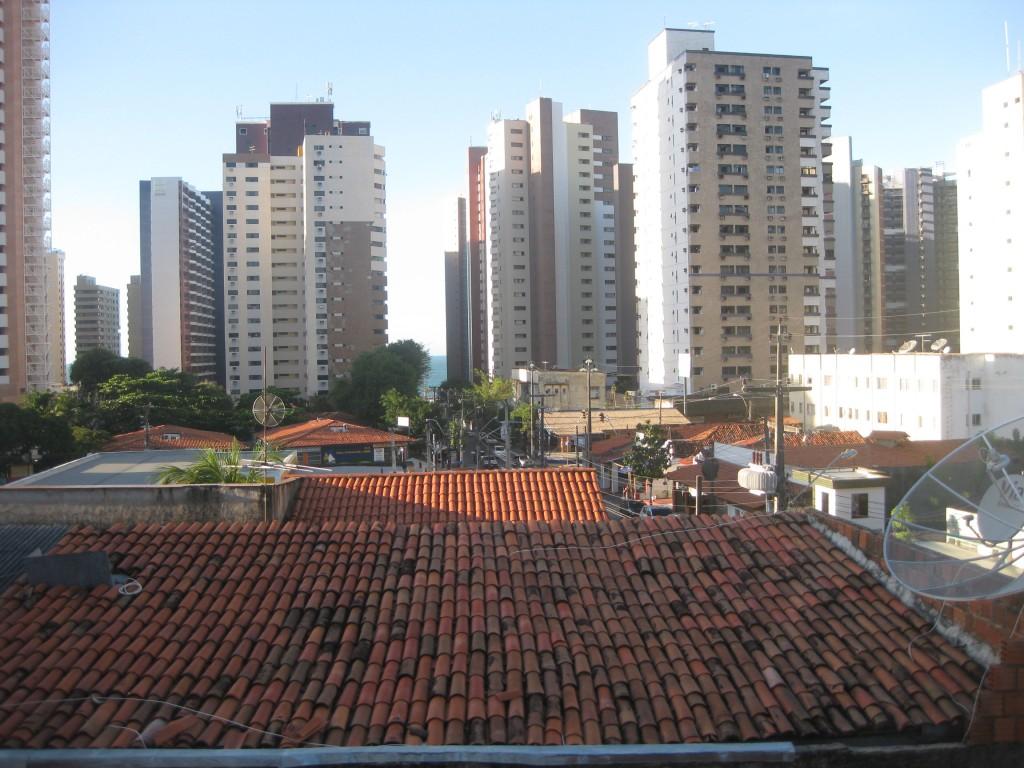 Blick über die Dächer und die benachbarten Hochhäuser von meiner Unterkunft an der Grenze der Stadtteile Praia de Iracema und Meireles. In den Hochhaus-Schluchten auch noch alte, hübschere Häuser.