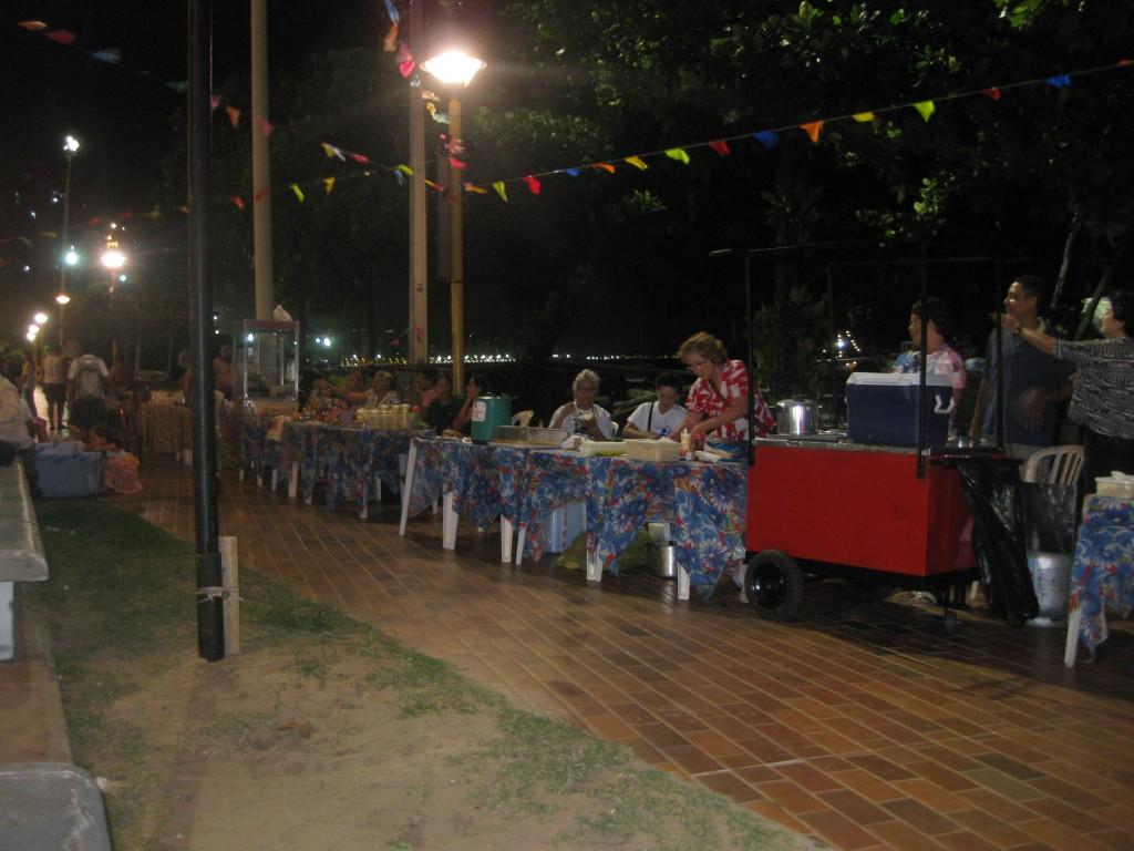 Fortaleza - Ceará - Brasilien - Festa de São Pedro dos pescadores an der Praia do Mucuripe - Essen - Kulinarisches - an Straßenständen