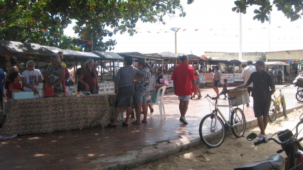 Während der Festa de São Pedro dos pescadores wird an den Ständen des kleinen Fischmarktes Fisch- und Meeresfrüchte verkauft.