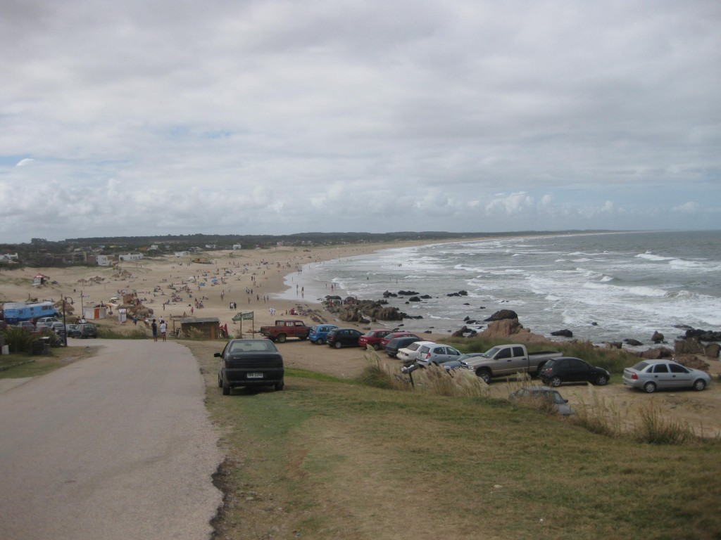 Von La Pedrera Blick Richtung Punta Rubia. Noch in der Hochsaison, daher der Strand (noch) gut besucht