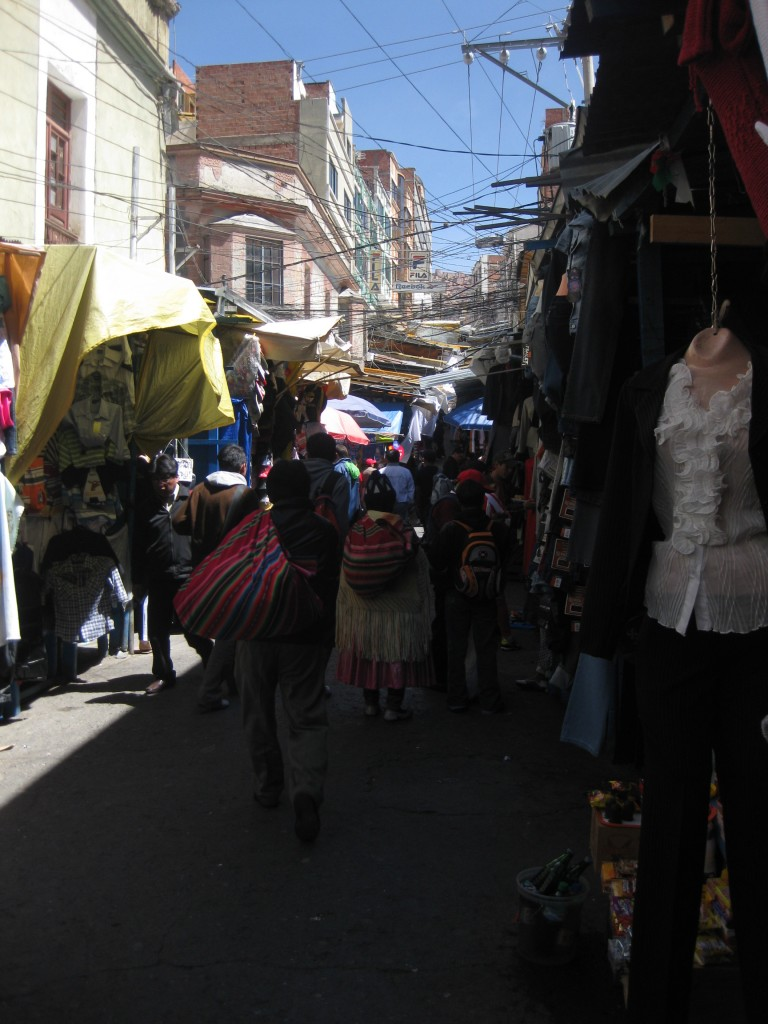 Hier wird überwiegend Kleidung verkauft - in einer der steilen Straßen von La Paz