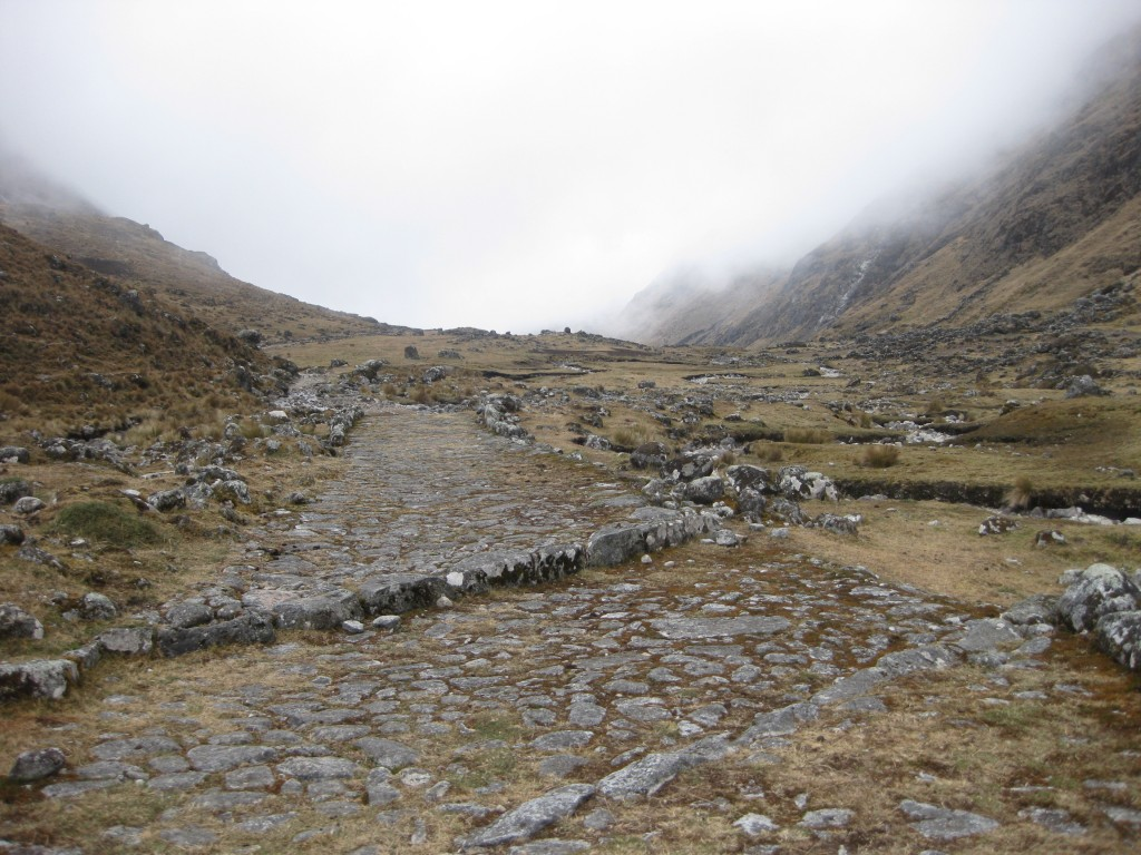 Der Weg wurde sogar mit Ablaufrinnen gebaut