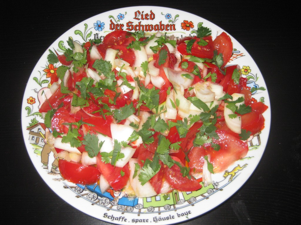 Ensalada chilena der Drei Nationen: chilenisches Rezept, Schweizer Zutaten. Zubereitet auf Schweizer Boden durch schwäbische Hände auf einem schwäbischen Teller.