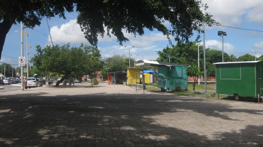 Tagsüber ganz unscheinbar dieser Platz in irgendeinem Viertel Fortalezas. Abends öffnen die Buden, es gibt kaltes Bier und einfache Speisen. Die Leute der Umgebung treffen sich hier.