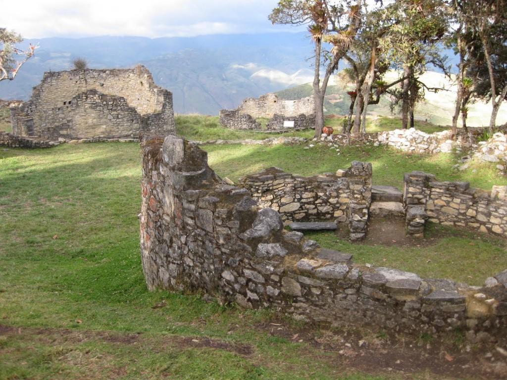 Hinter den Ruinen geht es direkt runter